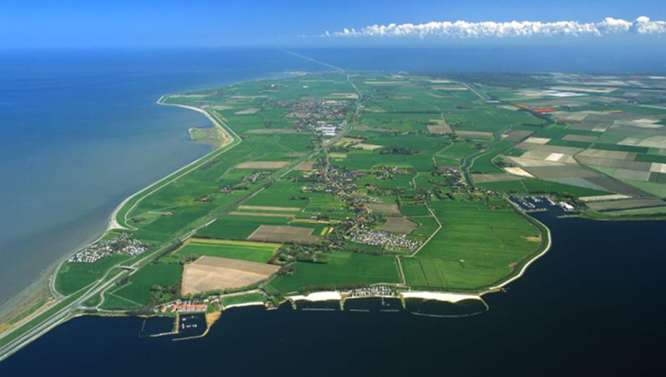 Ontdek het verborgen eiland Wieringen!! Een prachtig eiland met een glooiend landschap. Het voormalige eiland Wieringen kent vier dorpen: Hippolytushoef, de havenplaats Den Oever, Oosterland en Westerland. Den Oever is gelegen aan de kop van de Afsluitdijk,